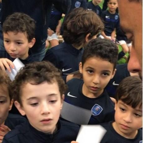 Nenê é titetado por crianças do PSG Academy Foto: Reprodução