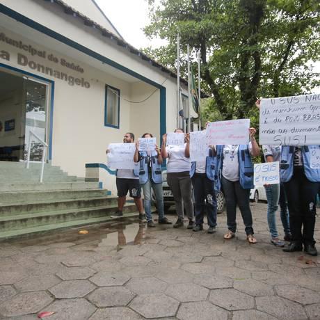 Servidores do Centro Municipal de Saúde Cecília Donnangelo, em Vargem Grande, fazem protesto Foto: Brenno Carvalho / Agência O Globo