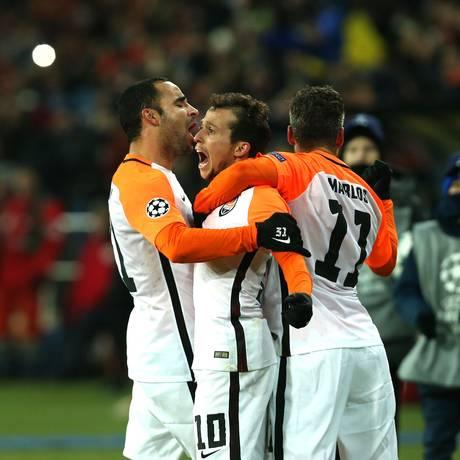 Bernard comemora o primeiro gol com seus companheiros Foto: STANISLAS VEDMID / AFP