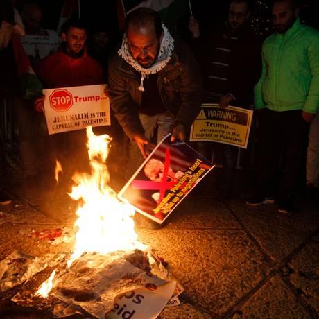 Palestino queima foto de Trump em Belém Foto: MUSA AL SHAER / AFP
