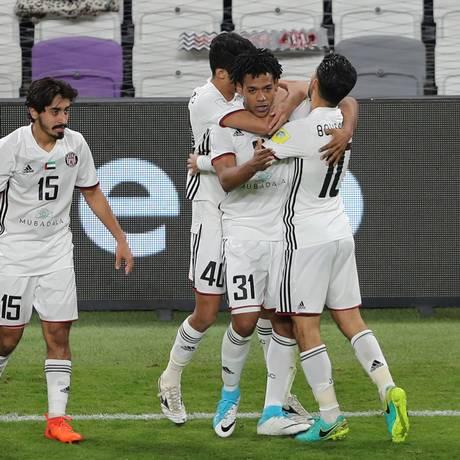 Número 31, Romarinho é abraçado ao fazer o gol do Al Jazira Foto: AHMED JADALLAH / REUTERS