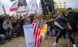 """Fúria nas ruas. Palestinos queimam bandeiras dos EUA e de Israel em Gaza: grupo radical Hamas disse que a decisão abriu """"as portas do inferno"""" para interesses americanos"""