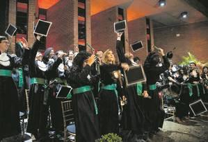 Universitários participam de festa de colação de grau, mas sem canudo Foto: Guito Moreto