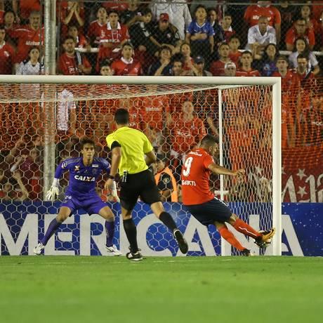 Gigliotti chuta para empatar o jogo para o Independiente contra o Flamengo Foto: AGUSTIN MARCARIAN / REUTERS
