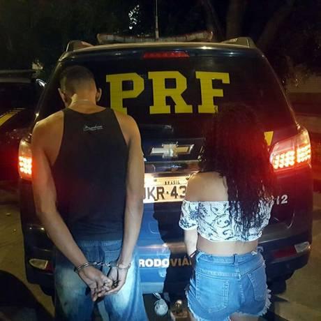 Casal capturado na Ponte, após abordagem da PRF Foto: Divulgação/PRF