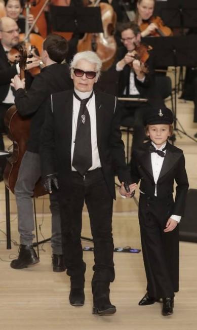 """Ele foi a grande estrela do desfile pre-fall """"Métiers d'Art"""" da Chanel, realizado na quarta-feira, em Hamburgo, na Alemanha. Não, não estamos falando de Karl Lagerfeld. Mas de Hudson Kroenig, o modelo de 9 anos queridinho do kaiser da moda Markus Schreiber / AP"""