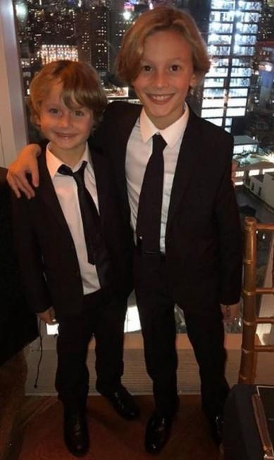 O irmão mais novo, Jameson, o acompanhou na badalada festa Reprodução Instagram / @hk0712