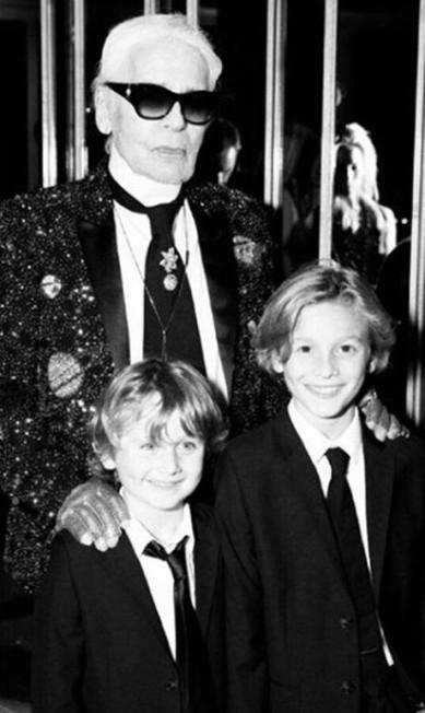 """Com Karl Lagerfeld e o irmão mais novo Jameson na festa da """"V Magazine"""", em outubro... Reprodução Instagram / @hk0712"""