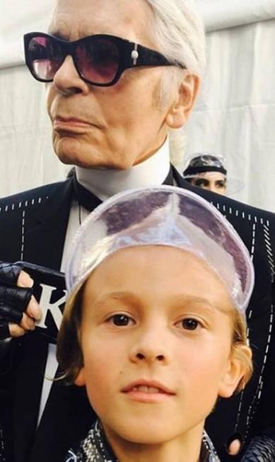 """Hudson estreou nas passarelas da Chanel aos 2 anos, no desfile da linha prêt-a-porter de primavera 2011, em outubro de 2010, em Paris. Desde então, é companhia frequente do kaiser em eventos da indústria da moda. Na foto, ele aparece com Lagerfeld nos bastidores de evento promovido pela revista """"V Magazine"""" no fim de outubro Reprodução Instagram / @hk0712"""