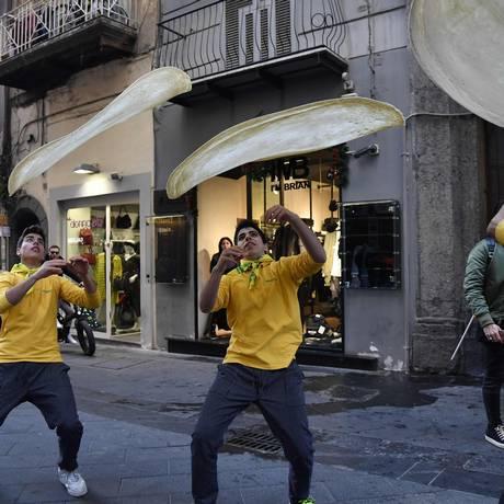 Pizzaiolos comemoram decisão da Unesco da melhor forma possível: fazendo pizzas Foto: TIZIANA FABI / AFP
