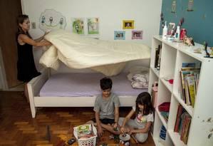 Mulheres que trabalham fora dedicam, em média, 7,5 horas a mais por semana para afazeres domésticos do que homens Foto: Hermes de Paula/4-9-2015