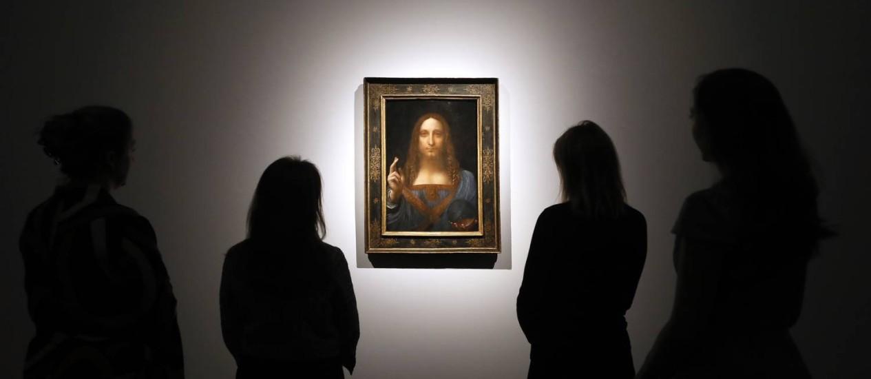 Pessoas observam o quadro 'Salvator Mundi', de Leonardo da Vinci Foto: Kirsty Wigglesworth / AP