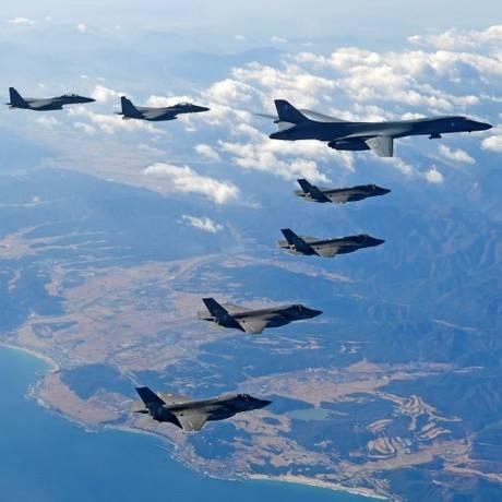 Bombardeiro B-1B voa a frente de outros jatos que fazem parte do exercício militar conjunta dos EUA e da Coreia do Sul Foto: STRINGER / REUTERS