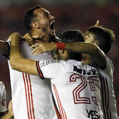 Réver comemor o gol rubro-negro na Argentina Foto: Natacha Pisarenko / AP
