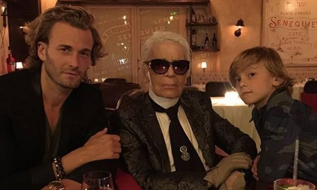 Com o pai, Brad Kroenig, e o padrinho, Karl Lagerfeld Reprodução Instagram / @bradkroenig