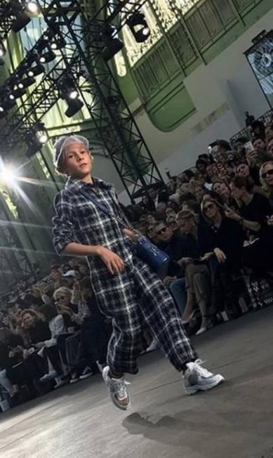 Hudson no desfile de alta-costura da Chanel, em outubro, na semana de moda de Paris Reprodução Instagram / @hk0712