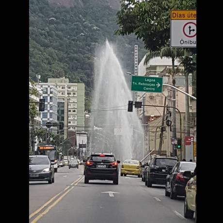 Um grande vazamento ocorreu na Rua Jardim Botânico, na Zona Sul Foto: Foto do leitor