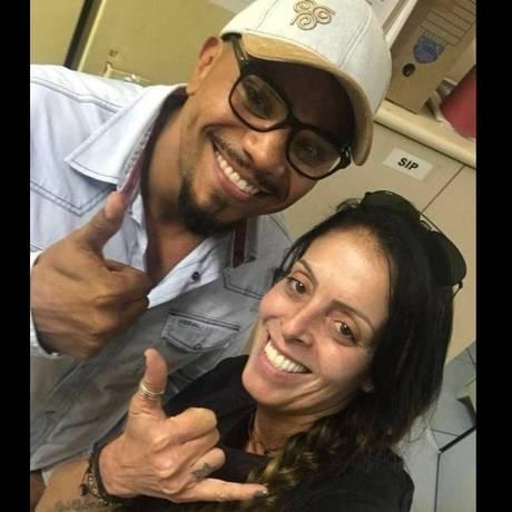 Policial tira foto com cantor Naldo, detido por porte ilegal de arma Foto: Reprodução/Redes Sociais