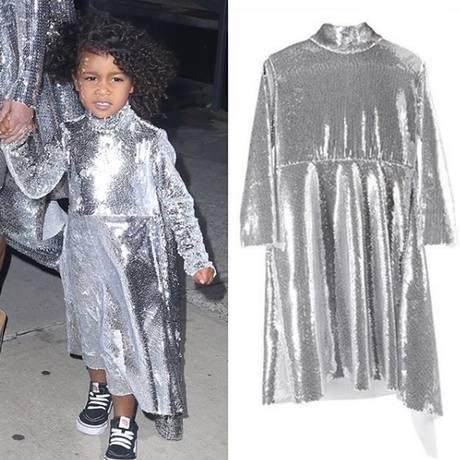 North West usa vestido da Vetements, que foi copiado pela marca de Kim Kardashian, à direta Foto: Reprodução Instagram / @diet_prada