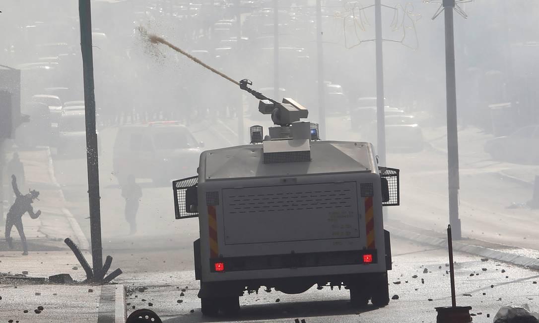 Tropa israelense lança um jato de água para dispersar manifestantes palestinos das ruas de Bethlehem MUSSA ISSA QAWASMA / REUTERS