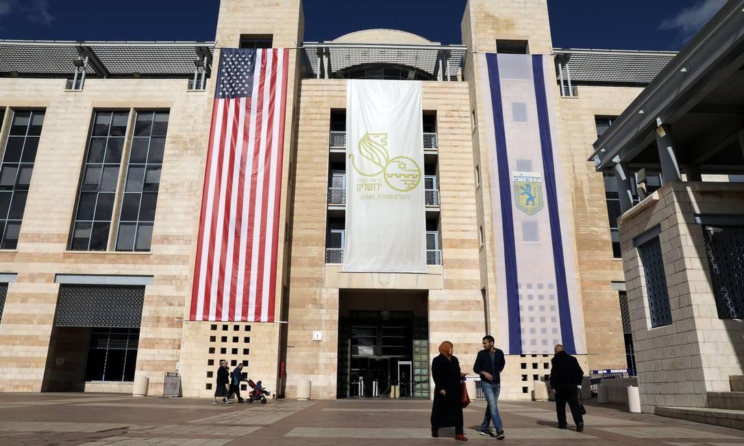 """Após o pronunciamento, o primeiro-ministro israelense, Benjamin Netanyahu, comemorou o """"dia histórico"""". Já Mahmoud Abbas, presidente da Autoridade Nacional Palestina (ANP), lembrou que """"Jerusalém é a eterna capital do Estado da Palestina"""" AMMAR AWAD / REUTERS"""