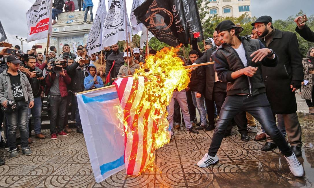 O presidente dos Estados Unidos, Donald Trump, decidiu reconhecer Jerusalém como capital de Israel. O anúncio desencadeou protestos em várias cidades turcas, na Faixa de Gaza e na Cisjordânia e recebeu críticas amplas na comunidade internacional, incluindo aliados na região e na Europa MAHMUD HAMS / AFP
