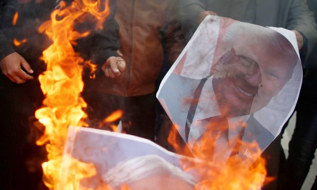 Na foto, manifestantes queimam fotos do presidente dos Estados Unidos, Donald Trump, e do primeiro-ministro de Israel, Benjamin Netanyahu MOHAMMED SALEM / REUTERS