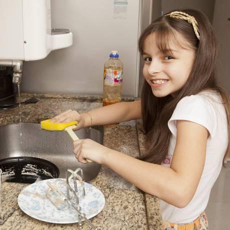Gabriela Medeiros ajuda a mãe Alessandra Coelho de Medeiros Henriques em tarefas domésticas. Foto: Daniela Dacorso/Agência O Globo