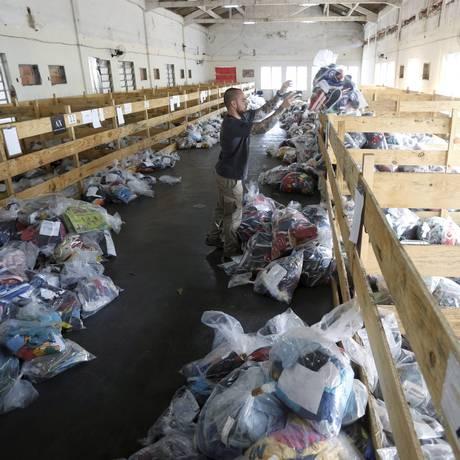 Depósito de mercadorias da delegacia de repressão a crime contra pirataria. Foto Domingos Peixoto / Agência o Globo