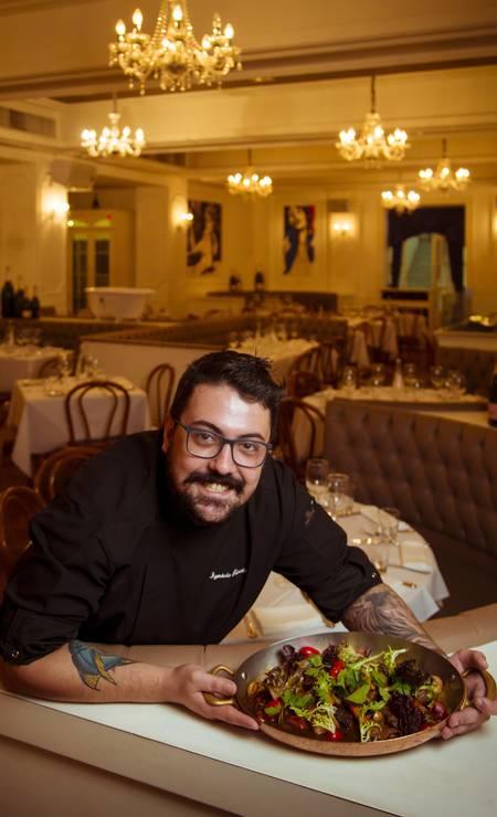 Quem comanda os sabores da festa à francesa do Bagatelle é o chef Ignácio Peixoto, que assumiu a casa há um mês. A influência da gastronomia com ar mediterrâneo com pratos leves e frescos aparece em pratos como o boeuf bourguignon tradicional, com file mignon em cubos, cogumelo, cenoura, cebolinha e ervas (R$ 150) e o bouillabaisse, com peixe e frutos do mar em seu caldo com legumes, acompanha cesta de pães (R$ 175). Foto: Leo Martins / Agência O Globo