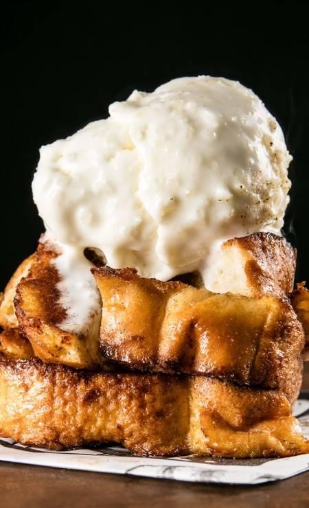 No cardápio do Seu Vidal, a rabanada é servida com sorvete de tapioca, canela, doce de leite ou baunilha (R$ 20, unidade). Rua Ronald Carvalho 275, loja A, Copacabana (3439–7719). Foto: Divulgação