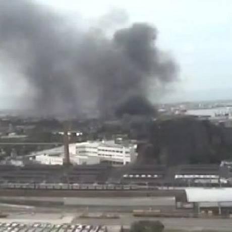 Incêndio atingiu terreno no bairro Santo Cristo, causando dificuldades no acesso à Linha Vermelha Foto: Reprodução / COR