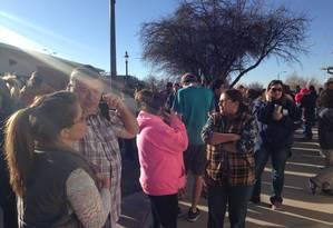 Parentes esperam por informações na frente da escola no Novo México Foto: Reprodução Twitter