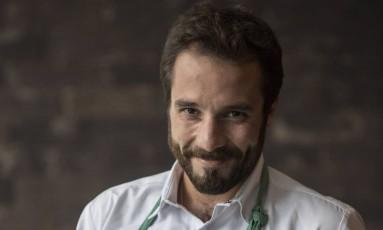 O chef Elia Schramm veste, agora, uma dolmã-camisa e comanda quatro restaurantes ao mesmo tempo Foto: Ana Branco / Agência O Globo