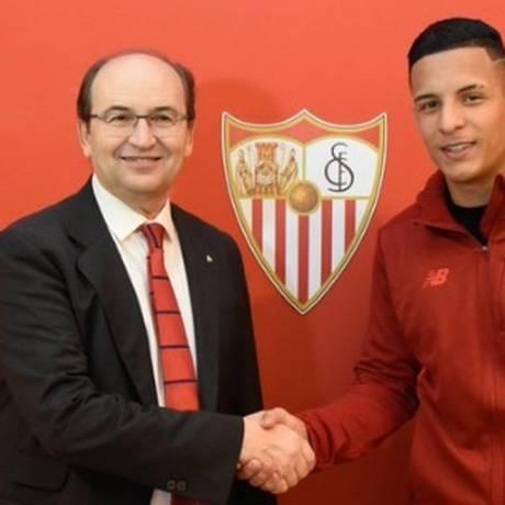 Guilherme Arana se acerta com o Sevilla Foto: Reprodução