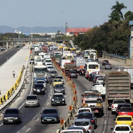 Caminhão com provas de certificação internacional do mercado de finanças foi roubado na Avenida Brasil Foto: Paulo Nicolella / Agência O Globo