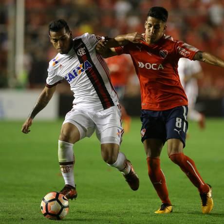 Trauco teve problemas com a marcação no primeiro jogo da final da Sul-Americana, contra o Independiente Foto: AGUSTIN MARCARIAN / REUTERS