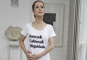 Ana Botafogo veste a camiseta, criada para ajudar os funcionários do teatro Foto: Agência O Globo / Pedro Teixeira