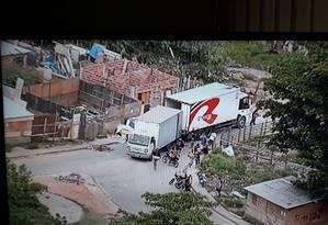 Momento em que o caminhão é descarregado dentro do Complexo da Pedreira Foto: Reprodução TV Globo