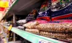 Diferentes tipos de feijão na prateleira de supermercado. Foto: Gabriel de Paiva / Agência O Globo