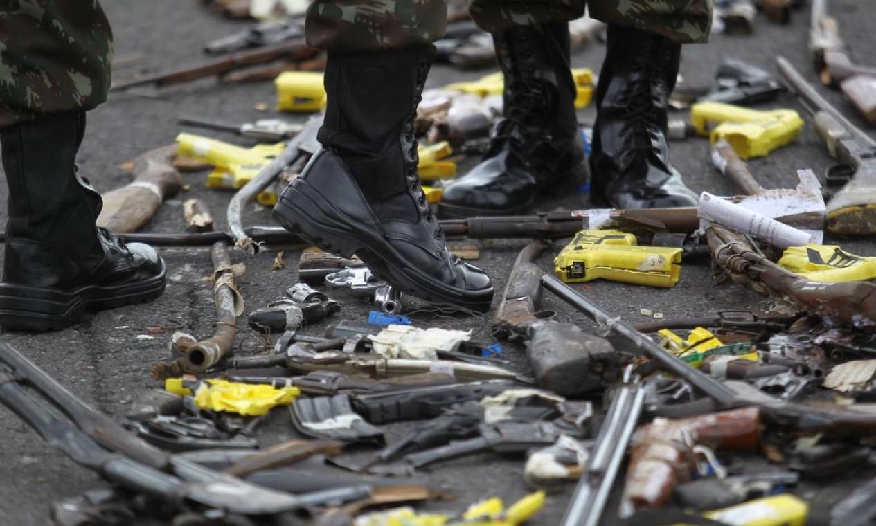 Destruição de armas, realizada no quartel-general do Exército, em Brasília Foto: Jorge William / Agência O Globo