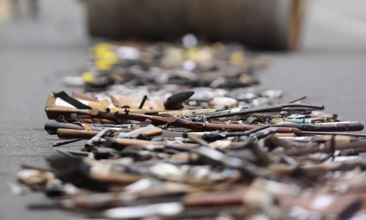 O armamento destruído possui perfil diverso, desde armas de caça irregulares, até armas utilizadas em crimes Foto: Jorge William / Agência O Globo