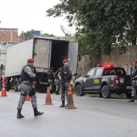 Força Nacional não impede roubo de carga na região da Pedreira Foto: Domingos Peixoto / Agência O Globo
