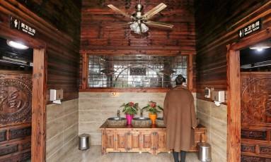 """Um dos novos banheiros chineses, no parque Zhouji Green Expo Garden, em Nantong, na província oriental de Jiangsu. O presidente da China pretende fazer uma """"revolução"""" para limpar banheiros públicos que são notoriamente sujos, com o objetivo de melhorar a qualidade de vida e, principalmente, aumentar turismo Foto: - / AFP"""