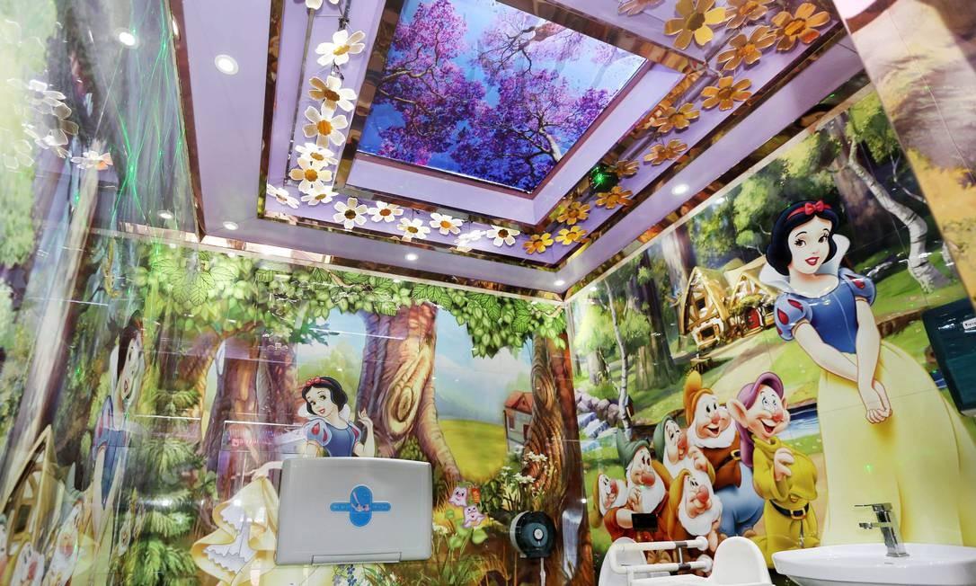A decoração infantil está na parede e no teto dos novos banheiros chineses, no parque Zhouji Green Expo Garden Foto: - / AFP