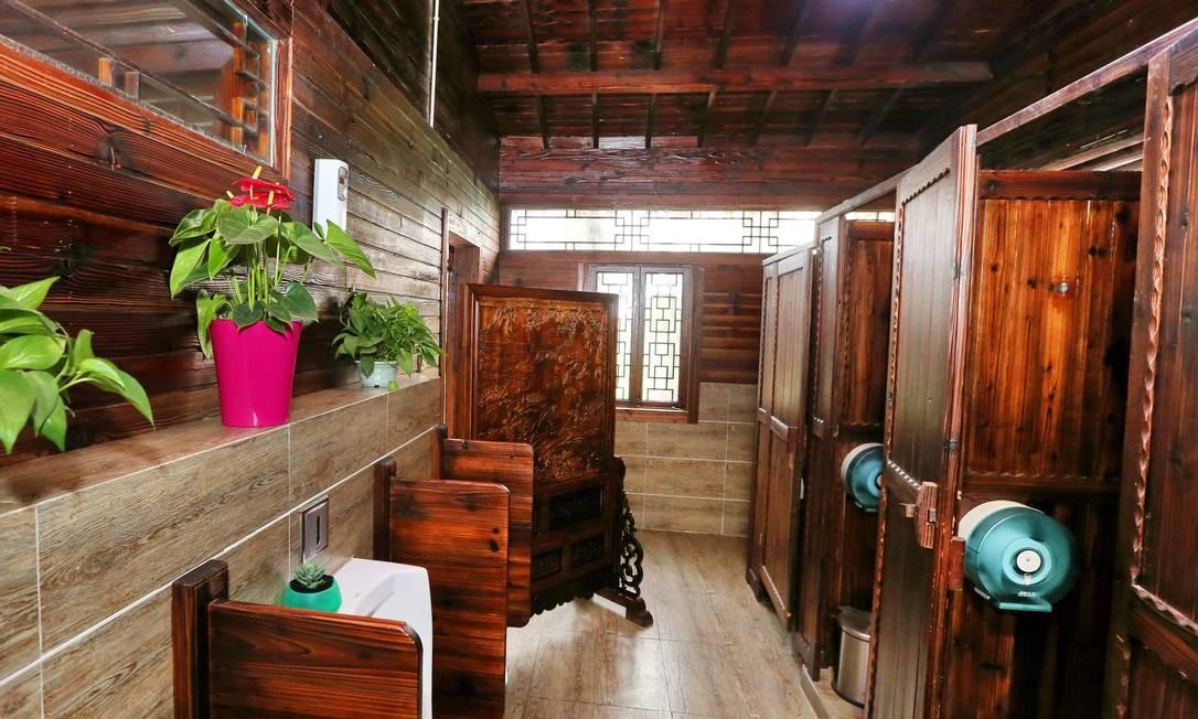 Internamente, o banheiro já reformado no parque Zhouji Green Expo Garden. As unidades possuem internet wi-fi e caixa eletrônico, segundo informou o governo Foto: - / AFP