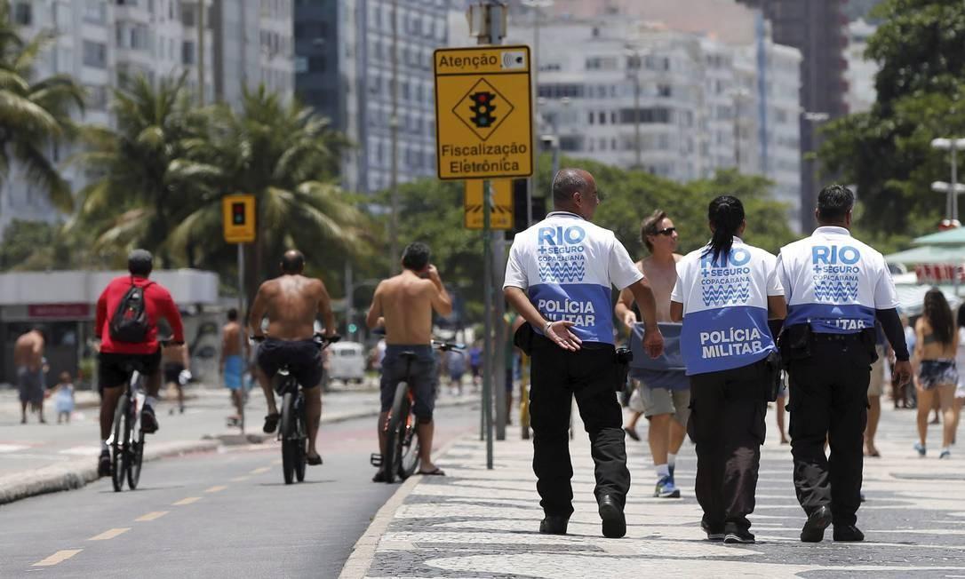 "VIGILÂNCIA. Policiais militares percorrem o calçadão de Copacabana. A ação, em parceria com guardas municipais, é parte do plano ""Rio + Seguro"", da Prefeitura Foto: Domingos Peixoto / 03-12-2017"