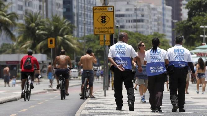 """VIGILÂNCIA. Policiais militares percorrem o calçadão de Copacabana. A ação, em parceria com guardas municipais, é parte do plano """"Rio + Seguro"""", da Prefeitura Foto: Domingos Peixoto / 03-12-2017"""