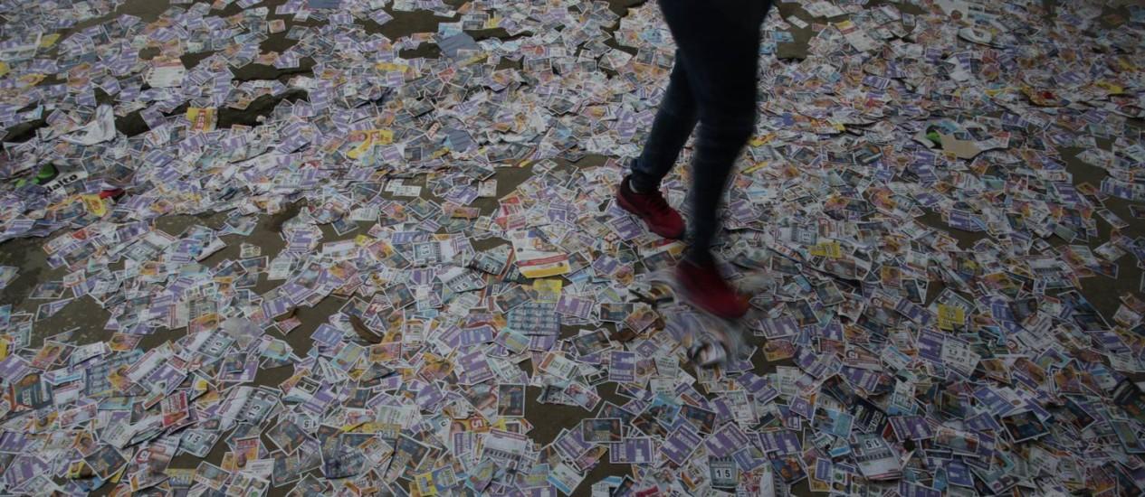 Santinhos espalhados pelo chão durante as eleições para prefeito e vereadores em 2016 Foto: Roberto Moreyra / Agência O Globo