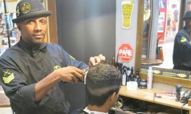 Cabeleireiro há 20 anos, Iriri diz que está antenado com as tendências da barbearia Foto: Rodrigo Berthone / Agência O Globo